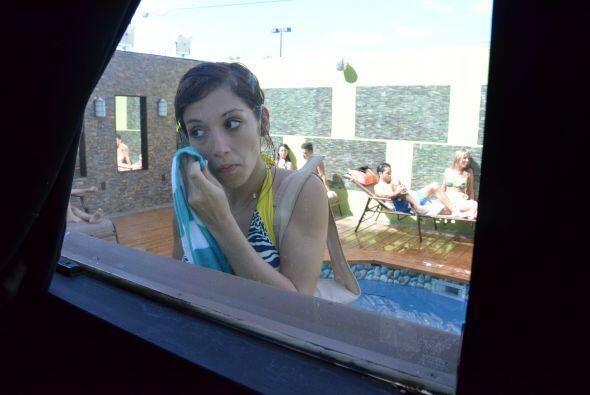 Laura se limpió la cara en el espejo de producción, por su...