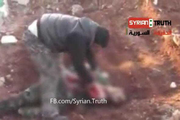 Las crudas imágenes de un rebelde que abre el cuerpo de un soldado sirio...