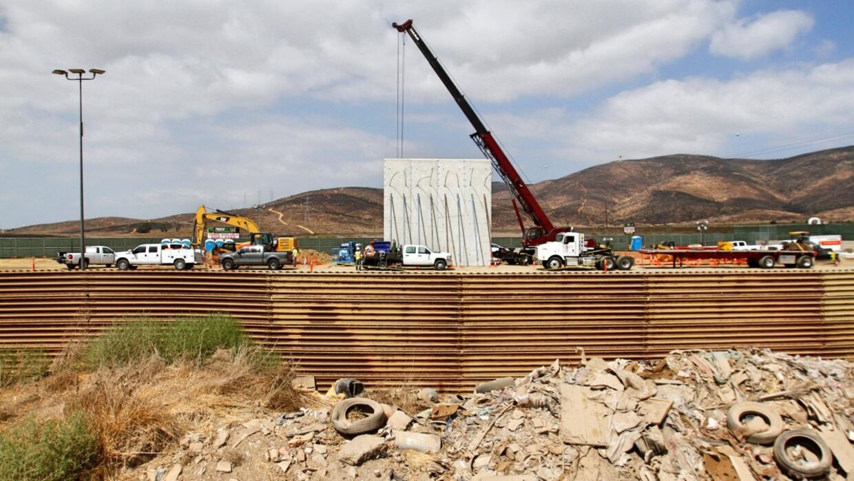 Una grúa coloca un panel de concreto de los ocho prototipos que s...
