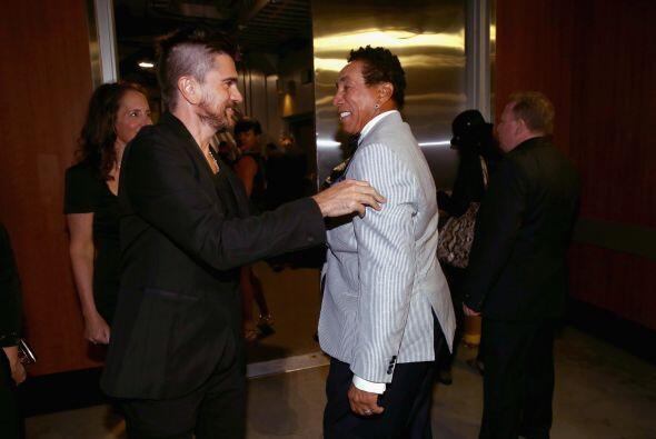 Otra escena fan: Juanes acercándose al señorón Smokey Robinson. Más vide...