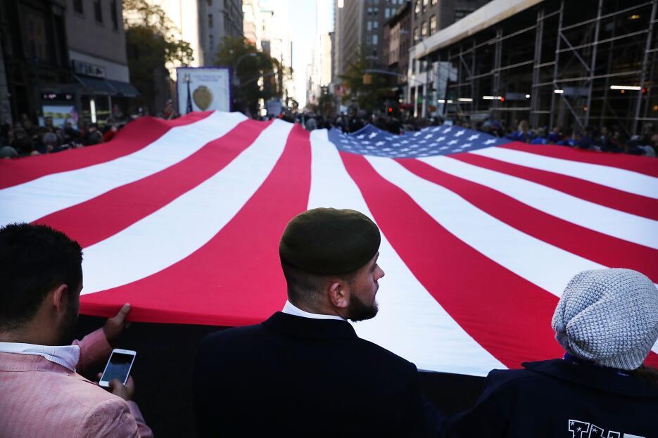 Una enorme bandera de los Estados Unidos protagonizó el inicio del desfile.