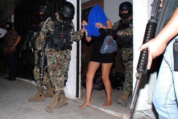 Miembros de la Infantería de Marina de México escoltan a u...