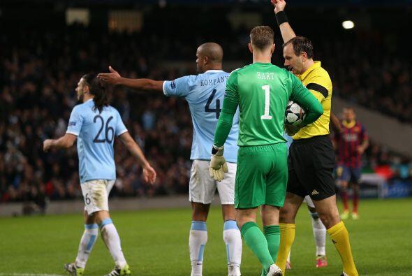 El árbitro no lo dudo, pitó penalti y De Michelis se fue a las duchas co...