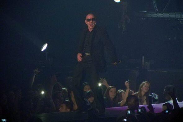 Pitbull presentó sus canciones con originales entradas de rock.