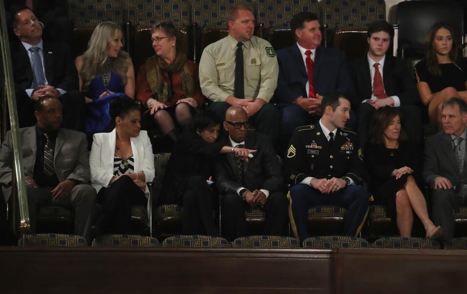 Los invitados del presidente Donald Trump toman sus puestos en el capito...