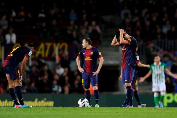 Los jugadores barcelonistas no podían creer lo que pasaba en el campo.
