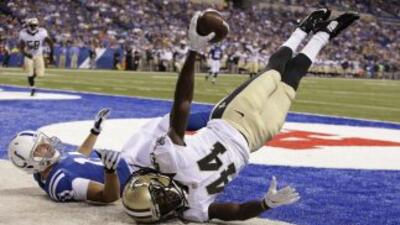 El defensivo Brian Dixon de los New Orleans Saints intercepta un pase en...