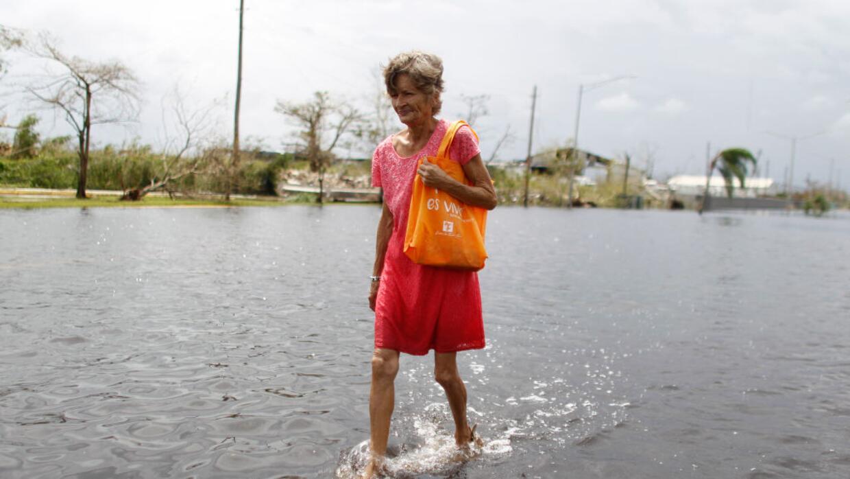 Una mujer atraviesa una calle inundada en Cataño, Puerto Rico.