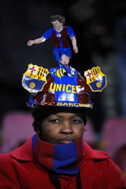 Mientras tanto en la tribuna, los hinchas alentaban al Barcelona.