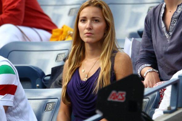 De 24 años de edad, Jelena es un año mayor que su novio. Pero se ve much...