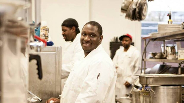Ex convictos reciben oportunidad como cocineros en Edwins, Cleveland.