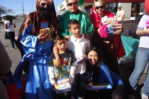 Y Los Reyes, se alegraban de posar para la camara con los niños.
