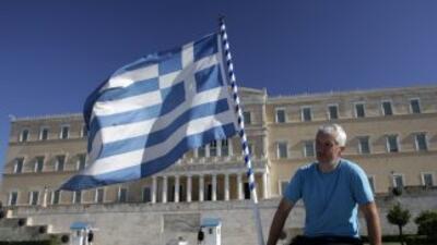 S&P también recuerda que pese al canje de bonos la deuda de Grecia acaba...