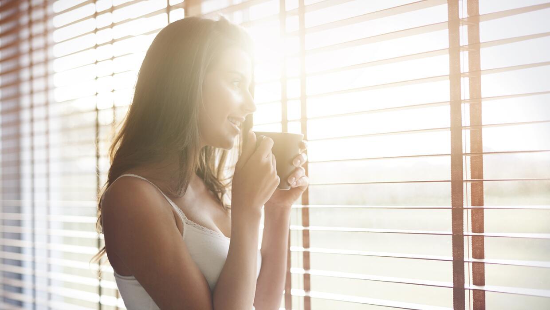 Mujer tomando café en la mañana
