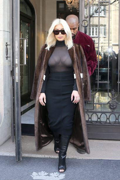Y ahora salió del hotel, con su amado Kanye detrás.