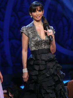 Este vestido negro con top de encaje y falda de múltiples vuelos lo dise...