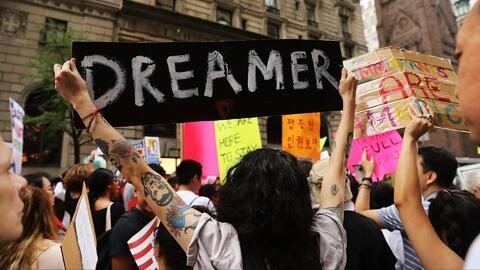 Decenas de activistas pro inmigrantes asisten a una manifestación afuera...