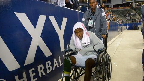 Darlington Nagbe abandona el campo en silla de ruedas.