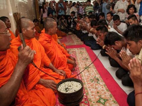 Un grupo de monjes budistas bendicen a 23 personas detenidas durante vio...
