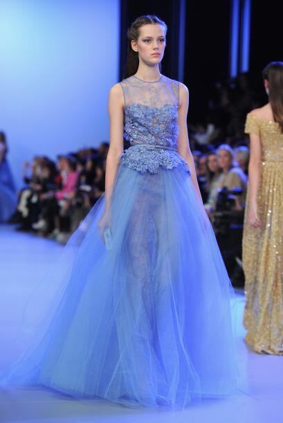 En esta ocasión Elie Saab mostró vestidos de cóctel y noche con siluetas...