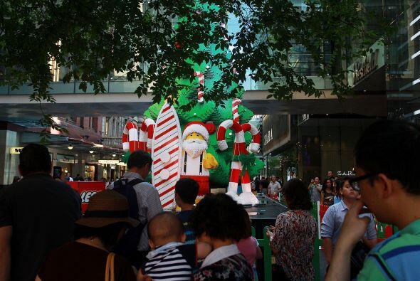 Este gran árbol de navidad mide 33 pies de altura (10 metros) y en su co...