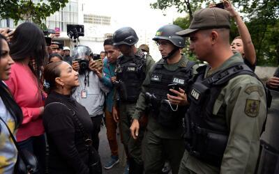 Aura Pérez (izquierda), tía del expolicía rebelde &...