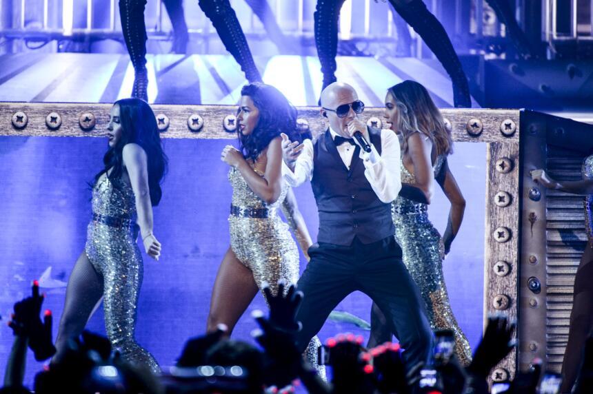 Mr. 305 Pitbull enciende la noche con un medley 'Ay Dios mío' y '...