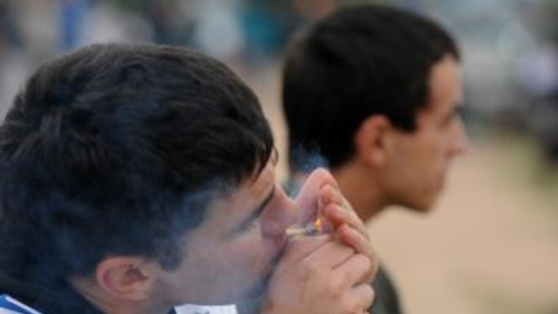 Mientras Mujica firmó una ley a favor de la marihuanba, el Senado hizo l...