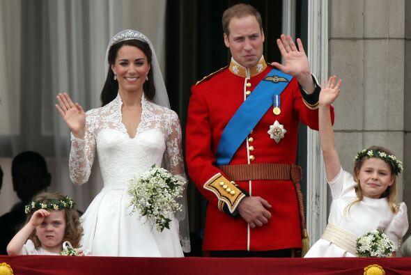 El príncipe William lució el traje oficial de los Guardias Irlandeses y...
