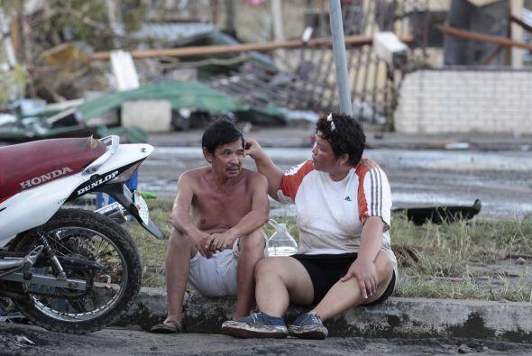 Estas dos personas se encuentran rodeadas de un panorama desolador. (AP)