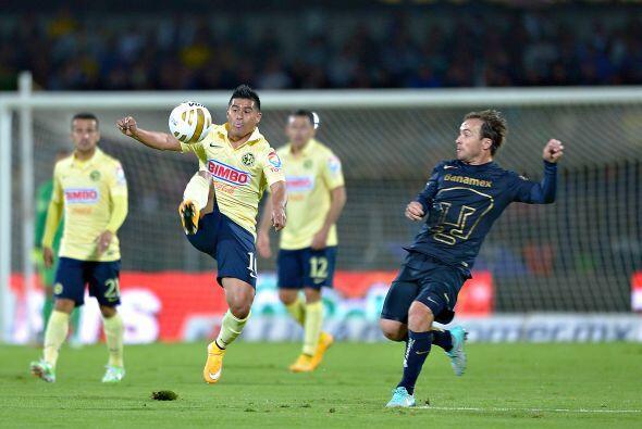 El volante de creación de las Águilas, Osvaldo Martínez, intenta control...