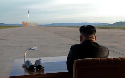 Kim Jong Un observa el lanzamiento de prueba de un misil balístic...