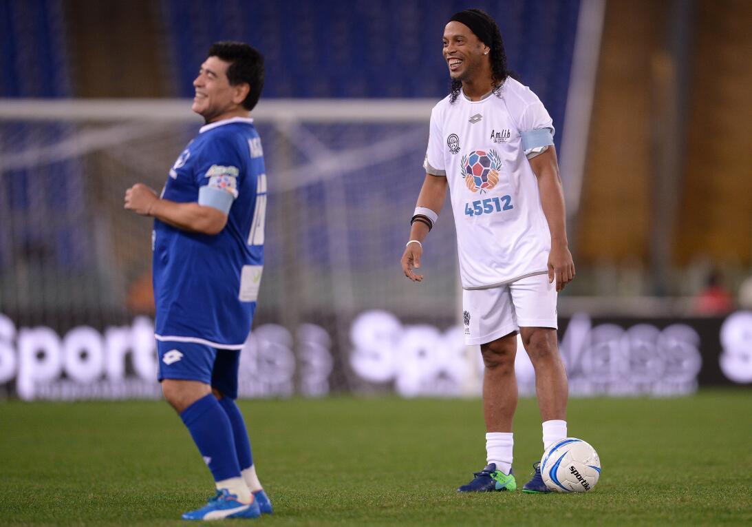 Diego Maradona y su show en el 'Partido por la paz' GettyImages-61418289...