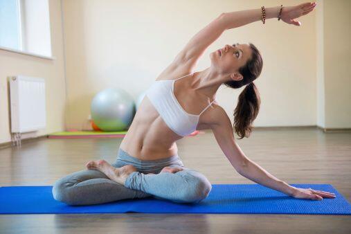 9. Cuida tu postura: Caminar derecho con los hombros ligeramente hacia a...