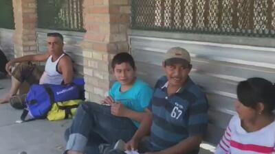 Así viven decenas de inmigrantes que están varados en el puente fronterizo Hidalgo-McAllen