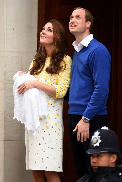 William y Kate viendo al cielo.