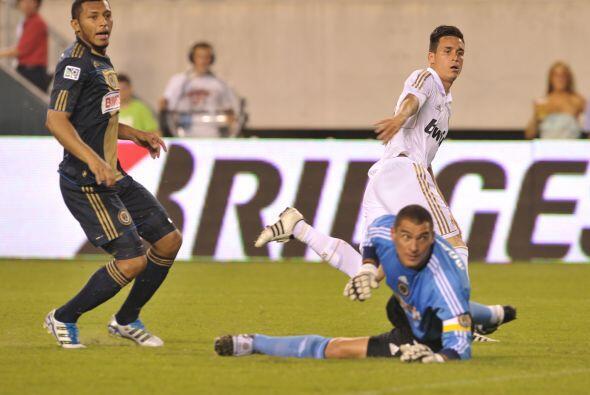 José María Callejón definió el primer gol del partido ante la salida de...