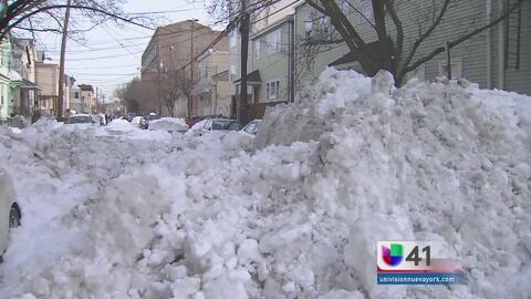 Residentes siguen batallando con la nieve en Newark