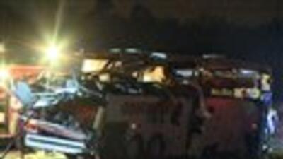 Esta foto proveída por KTHV en Little Rock muestra un autobús fuertement...