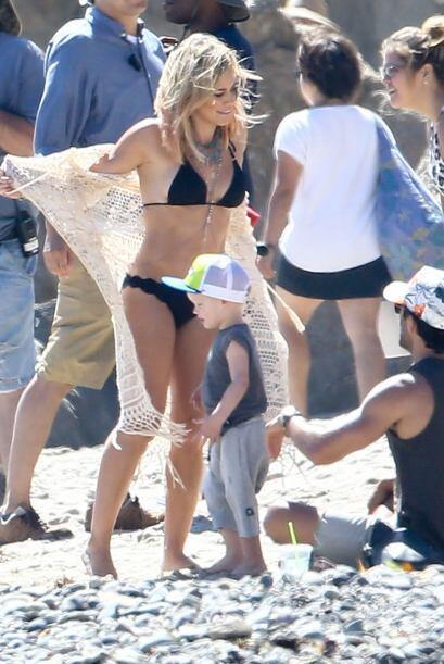¡Hilary no fue la única sexy en la playa! Luca y su papá también iban 'a...