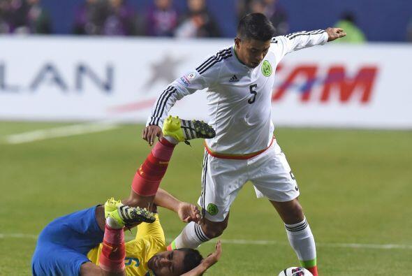 """5 Juan Carlos Medina """" 6: Fue incisivo en mediocampo con buena labor de..."""