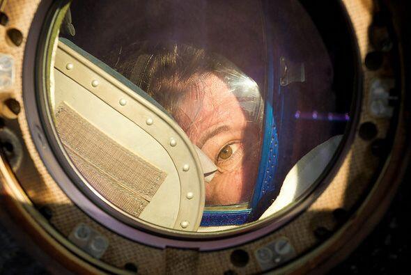"La astronauta estadounidense Catherine ""Cady"" Coleman, mira po..."