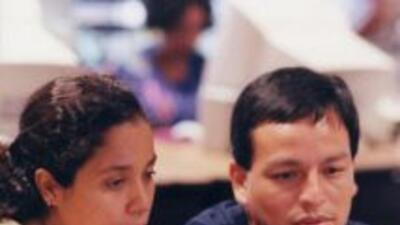 Las distancias se acortan con la internet: Los jóvenes hispanos nacidos...