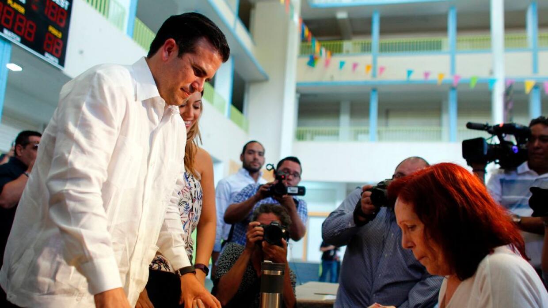 El gobernador Ricardo Rosselló en el momento de depositar su voto en el...