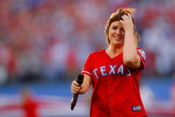 La ganadora del primer American Idol, Kelly Clarkson, entonó el himno na...