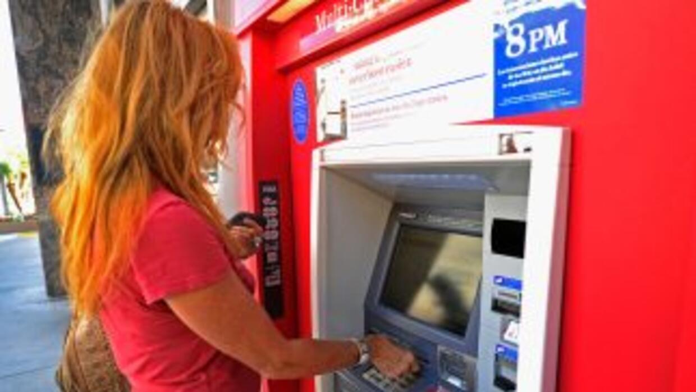 Bank of America comenzará a cobrar $5 mensuales por el uso de tarjetas d...