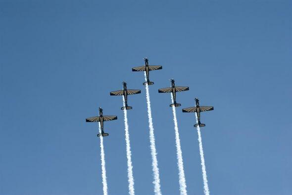 Los aviones militares de la Fuerza Aérea de Sudáfrica realizan acrobacia...