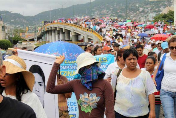 Miles de personas se unieron a la marcha. Llevaban carteles con fotograf...
