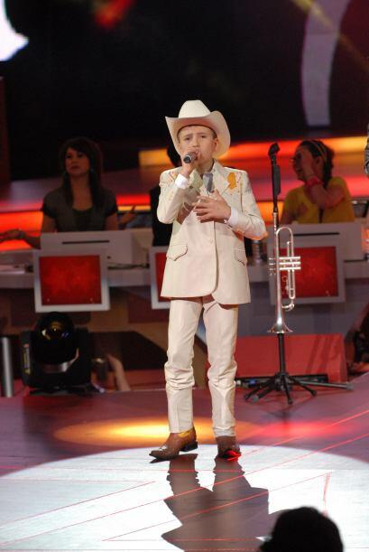 ¿Quién estaría acompañando durante su canción al pequeño Toñito?