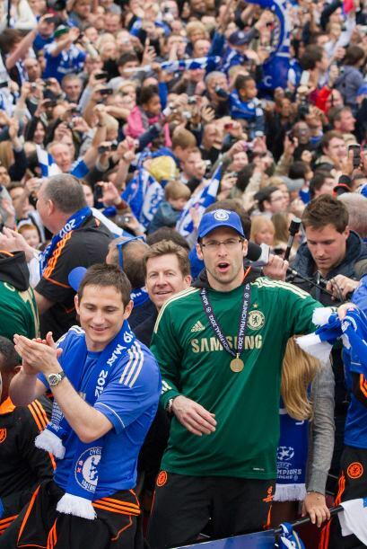 La gente pintó de azul las calles de Londres, que en la Liga Premier no...